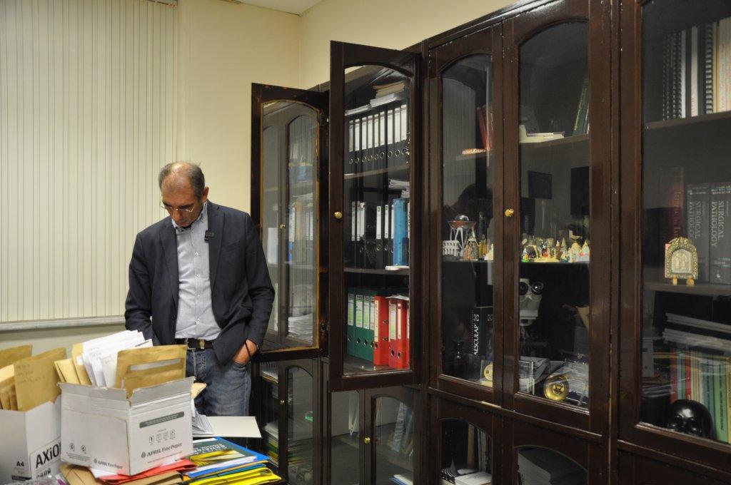 الطبيب اليوناني بافليس بافليديس في مكتبه في مستفى ألكسندروبولي شمال شرق اليونان. الصورة: دانا البوز/ مهاجرنيوز