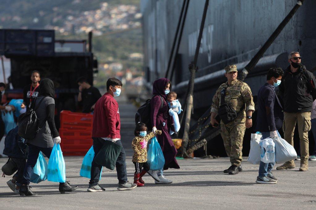 نحو ٤٠٠ مهاجر تم نقلهم من جزيرة ليسبوس إلى البر الرئيسي في ٣ أيار/مايو الجاري. المصدر/ رويترز