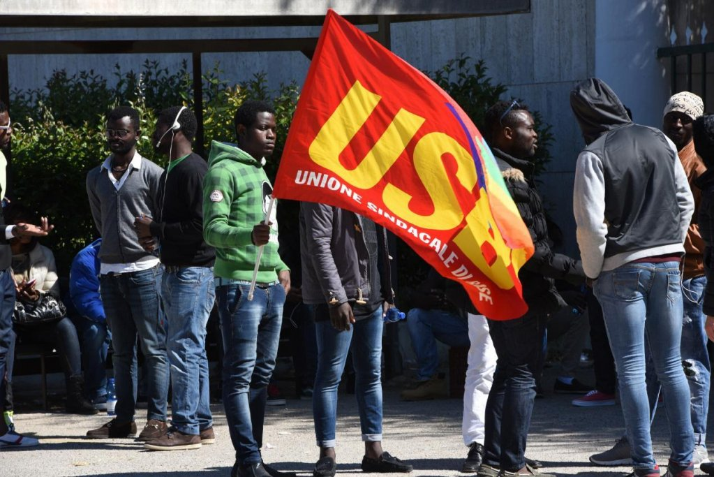 مظاهرة نقابية لعمال الزراعة الأجانب في ريانانو جارانشيو بفوجيا في إيطاليا. المصدر: أنسا/ فرانكو كاوتيلو.