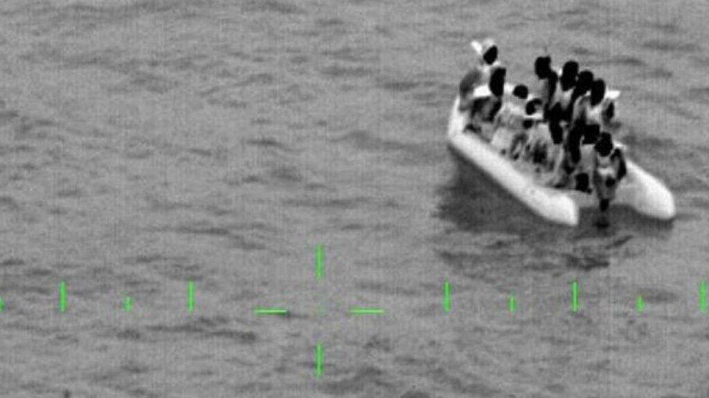 Des migrants secourus par la Marine nationale française dans la Manche. Crédit : Twitter @premarmanche)