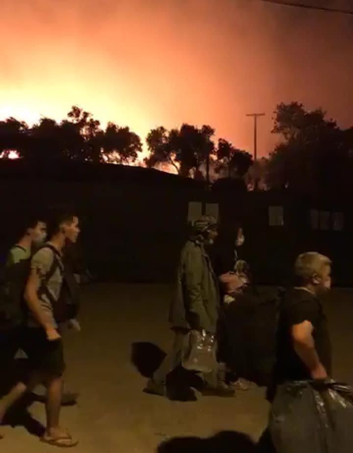 لاجئون يفرون من مخيم موريا بسبب حريق ضخم