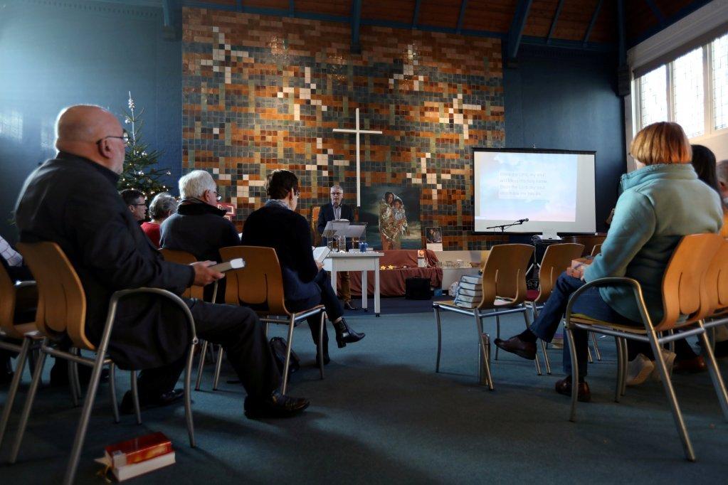 ۶۵۰ فرانسوي، آلماني او بلجیمي کشیشان د مذهبي مراسمو د ترسره کېدو په خاطر دغه کلیسا ته تللي وو. کرېډېټ: رویترز