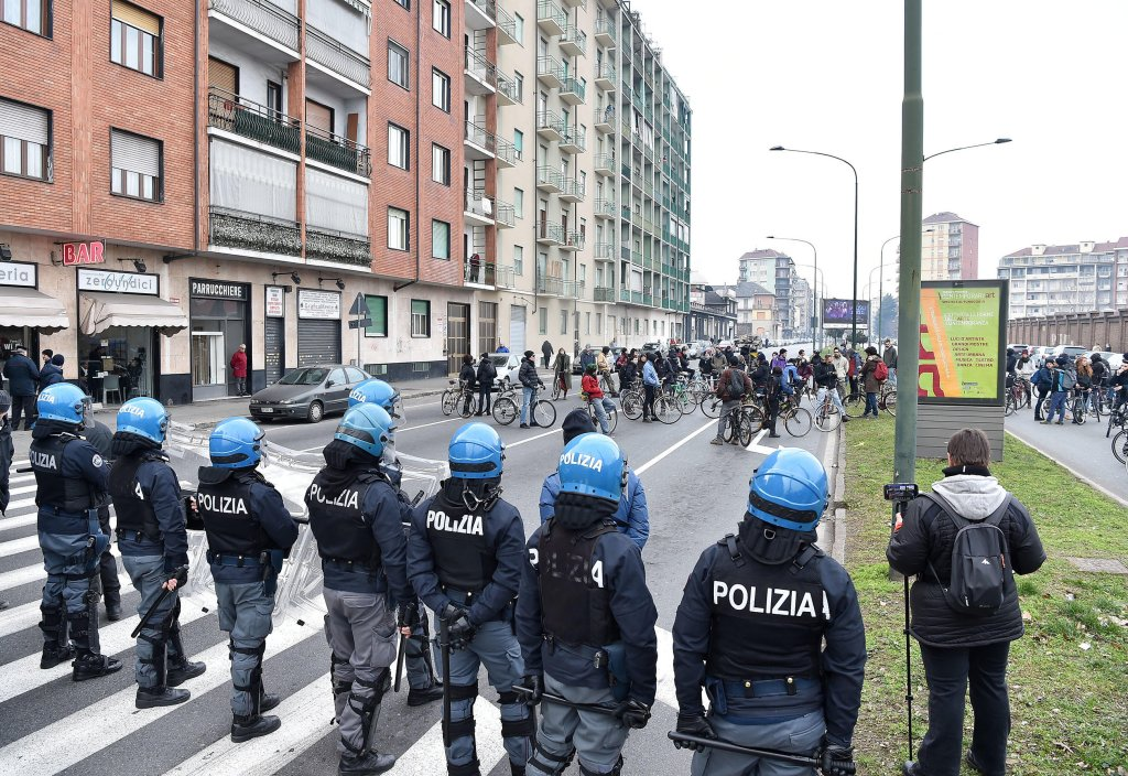 Police lined up during a demonstration at the CPR on Corso Brunelleschi, Turin | Photo: ANSA/ALESSANDRO DI MARCO