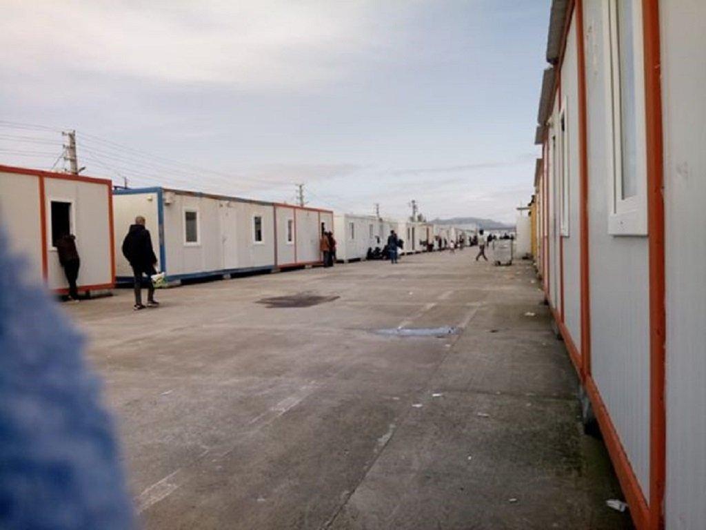 إحدى ساحات المخيم بالقرب من أدرنة، الذي نقل المهاجرون إليه من بازاركولي على الحدود مع اليونان. الصورة أرسلها لنا صاحب الشهادة