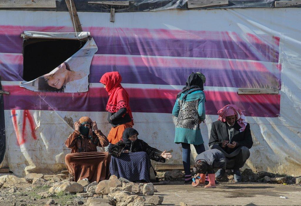ANSA / أسر سورية تجلس تحت أشعة الشمس أمام الخيام في قرية غزة بمنطقة وادي البقاع في لبنان. المصدر: إي بي إيه/ نبيل منذر.