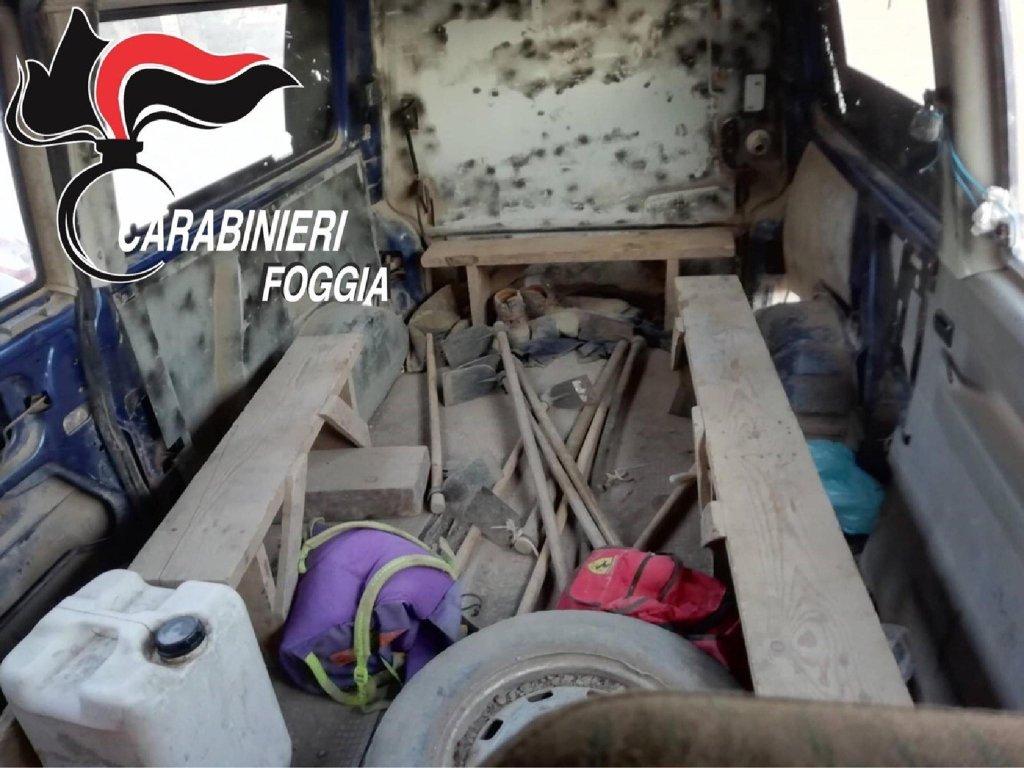 ANSA / مهاجرون مكتظون داخل إحدى السيارات. المصدر: شرطة كاربانييري.