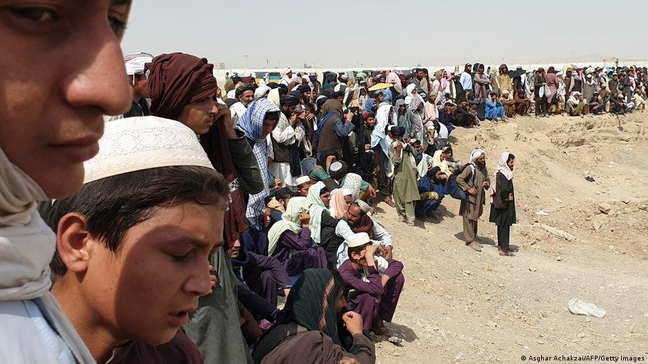 Afghans gather on the border with Pakistan after the Taliban seized control of the Afghan side | Photo: Asghar Achakzai/AFP/Getty Images (via DW)