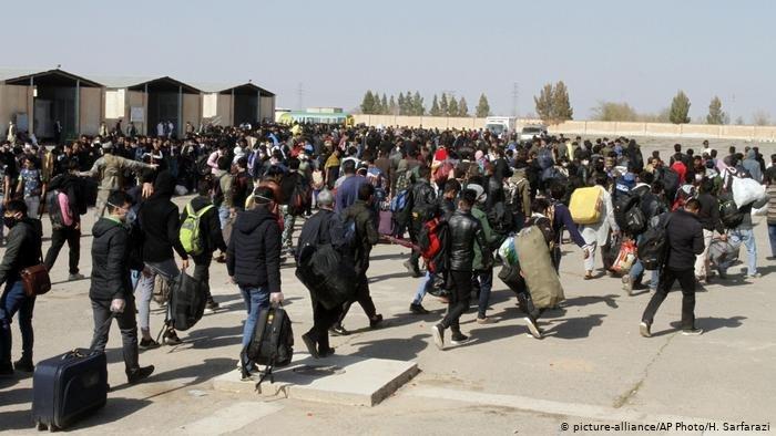 با اوج گیری ویروس کرونا روزانه هزاران مهاجر افغان از ایران به کشورشان بر میگردند