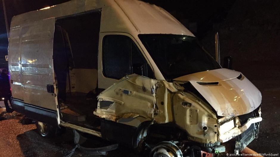 A van sustained significant damage after smashing into a border to reach Spain's Ceuta with 50 migrants on board | Photo: Picture-alliance/dpa/Bildfunk/Jupol