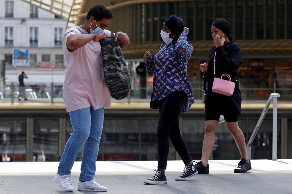 Des clientes portent le masque dans une centre commercial du centre de Paris, le 20 juillet 2020. Crédit : Reuters