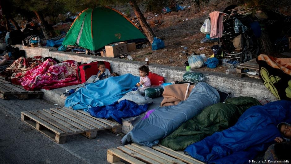 Thousands of migrants have been sleeping on the streets since the fire at Moria broke out | Photo: Reuters/A. Konstantinides