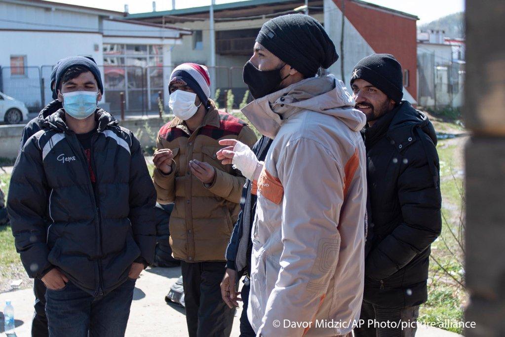 مهاجران در بیرون از کمپ میرال، روز چهارشنبه هفتم اپریل سال روان  Photo: picture alliance/Davor Midzic