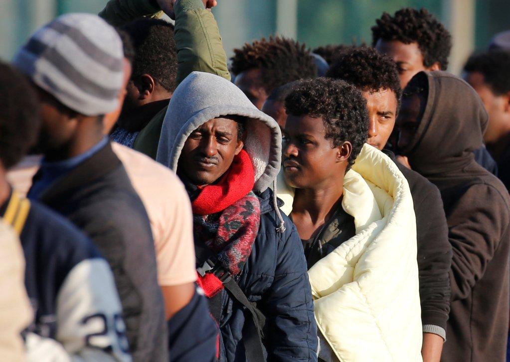 Image d'archives de migrants à Calais qui attendent les distributions de nourriture, en août 2017. Crédit : Reuters