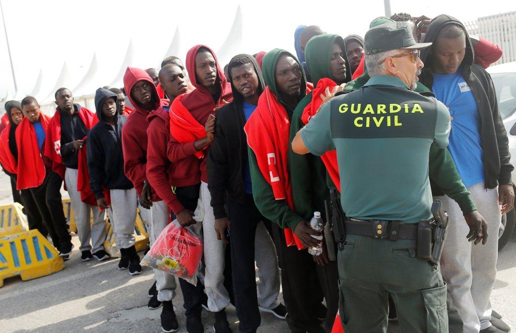 مهاجرون إثر إنقاذهم في عرض البحر/ أرشيف/ ANSA
