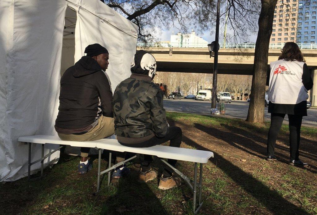 کلینیک سیار داکتران بدون مرز در پورت دو لا ویلت. عکس از مهاجر نیوز