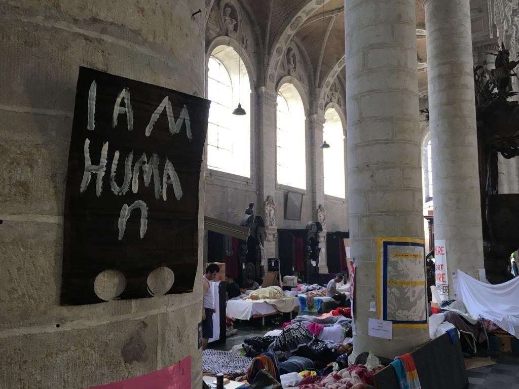 مهاجرون مضربون عن الطعام في بلجيكا داخل كنيسة بروكسل. الصورة: موسى أبوزعنونة/مهاجرنيوز