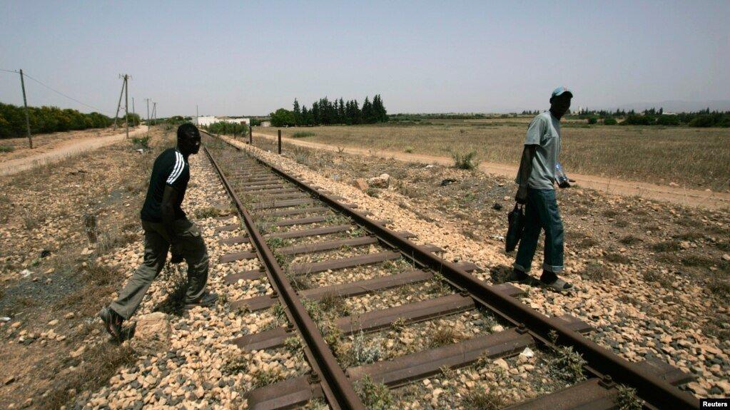 Des migrants passent la frontière entre l'Algérie et le Maroc près d'Oujda, le 26 juin 2008. Crédit : Reuters