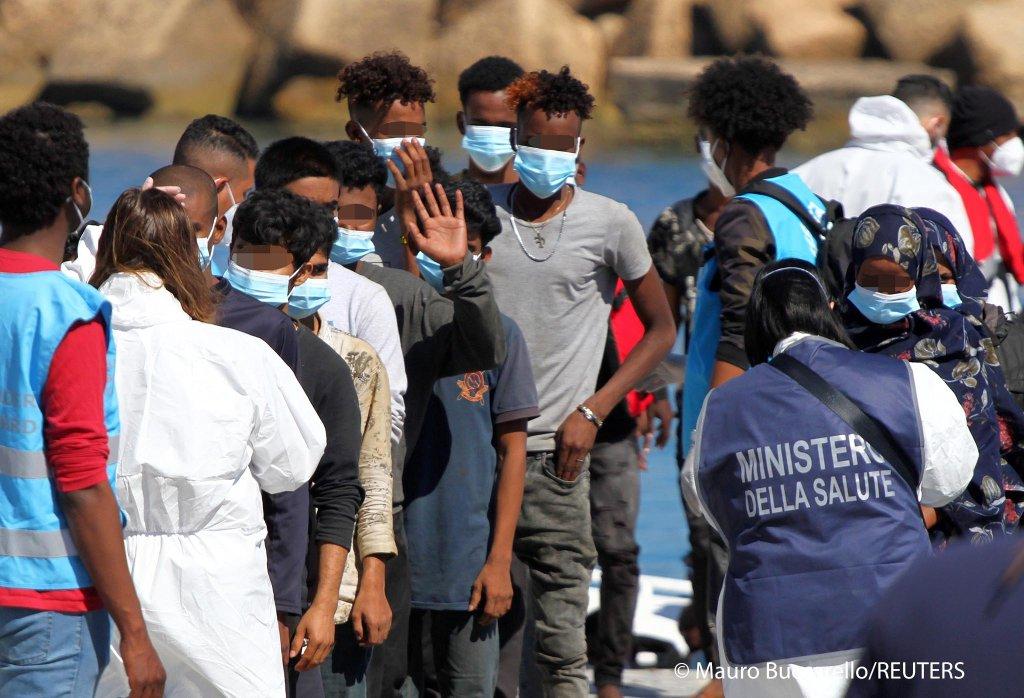 مهاجران تازه وارد به جزیره لامپدوسای ایتالیا (۹می ۲۰۲۱)