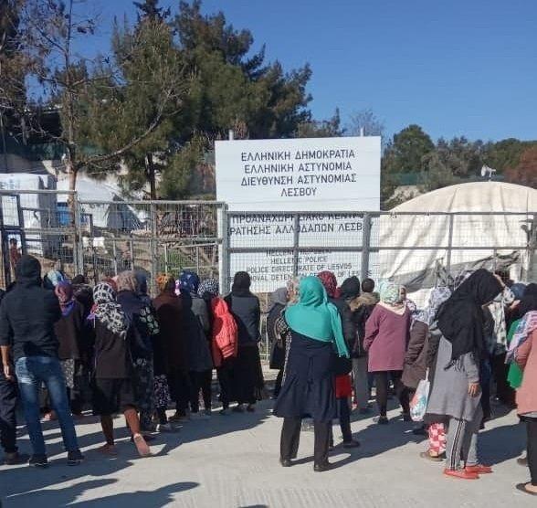 صف غذا برای زنان در کمپ موریا.  عکس از زهرا حسینی برای مهاجر نیوز