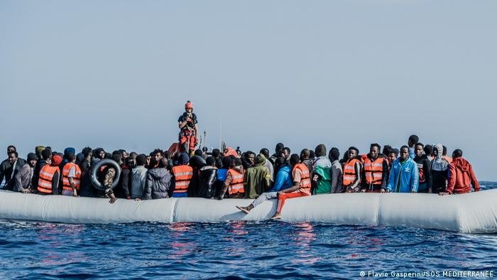 صورة من الأرشيف لعملية إنقاذ مهاجرين من البحر المتوسط تمت في نيسان/أبريل 2021