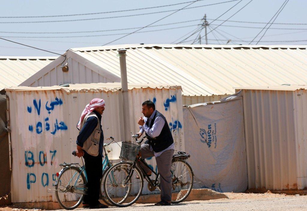 """ansa / لاجئون سوريون في شوارع مخيم """"الأزرق""""، بالقرب من مدينة الزرقا، على بعد 100 كيلو متر من العاصمة الأردنية عمان. المصدر: صورة من الأرشيف من""""إي بي أيه""""."""