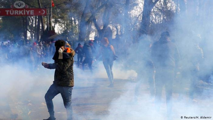 پولیس یونان از گاز اشک آور در برابر پناهجویان استفاده کرده است.