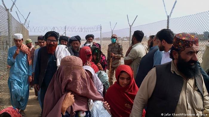 أعداد هائلة من الأفغان يعبرون الحدود إلى باكستان |حقوق الصورة / جعفر خان