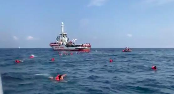 عکس: ارشیف/پنجشنبه ۱۷ سپتمبر، برخی از مهاجران از کشتی «Open Arms» بیرون پریده و به سوی جزیره سیسیلی شنا می کنند./اسکرین شات از توییت سازمان «Open Arms»