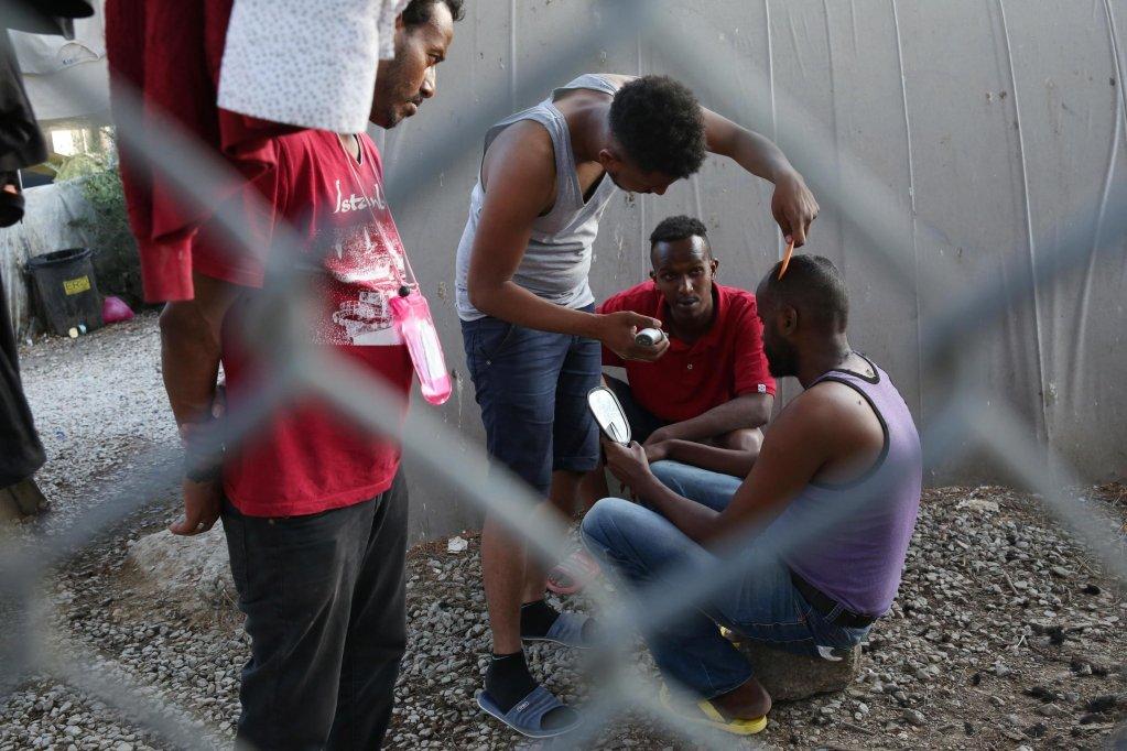 "ansa / مهاجرون ينتظرون مصفف الشعر في مخيم موريا في جزيرة ليسبوس اليونانية. المصدر: ""إي بي إيه""/ أورسيتس بانايوتو."