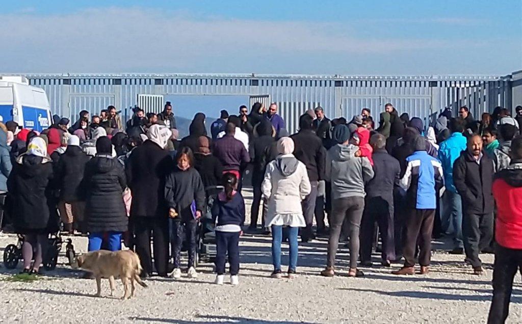 Les migrants du camp de Nea Kavala, en Grèce, manifestent contre l'accès limité à la nourriture, le mercredi 13 octobre 2021. Crédit : DR