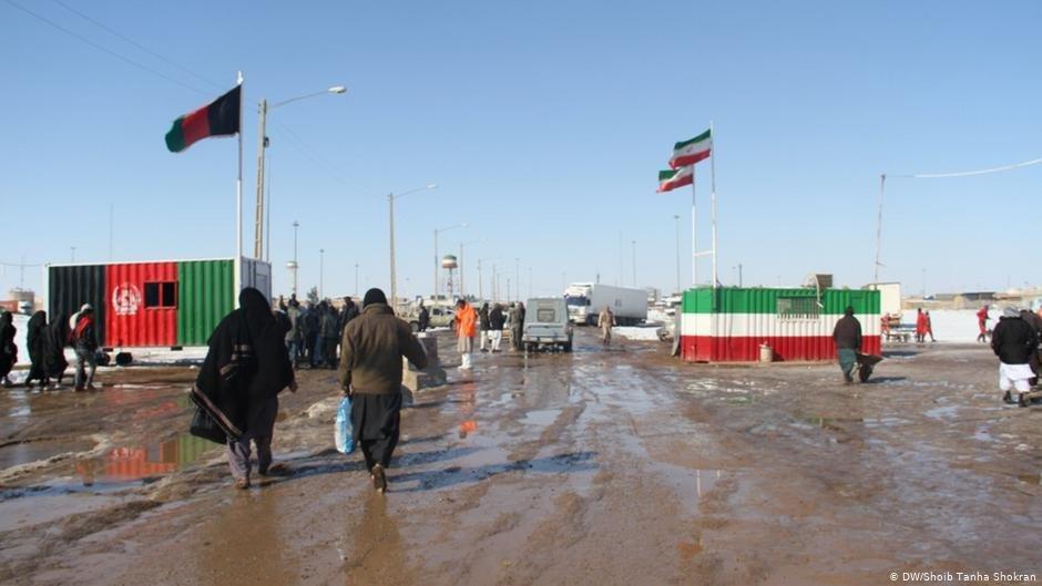 تردد مهاجران افغان در مرز مشترک افغانستان وایران در اسلام قلعه در هرات.
