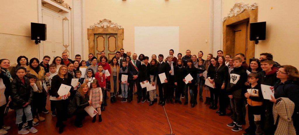 ماتئو ریچی، شهردار پیزارو برای ۱۵۰ فردی که در سال ۲۰۱۹ شهروندی ایتالیا را به دست آوردند، مراسمی را برگزار کرد./عکس: Municipality of Pesaro
