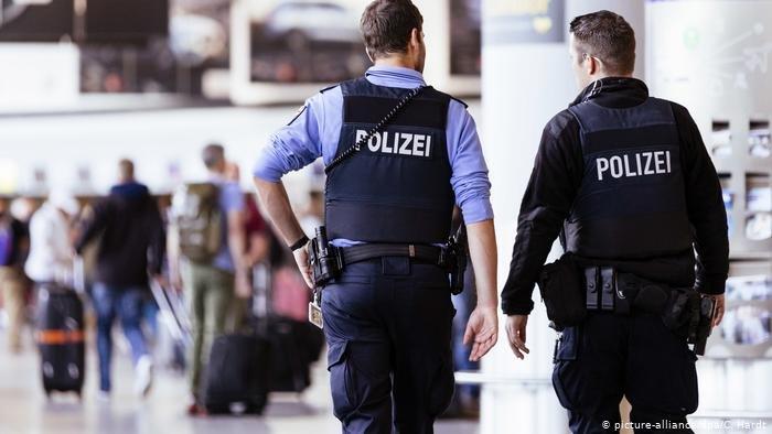 صورة من الأرشيف رجال شرطة ألمان أثناء عملية ترحيل
