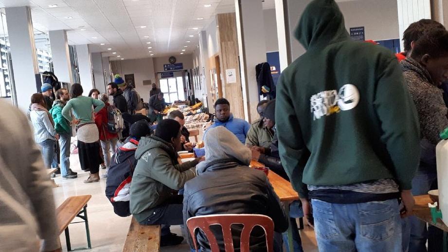 مهاجرون ومتطوعو الجمعية في محطة القطار بريانسو/ مهاجر نيوز