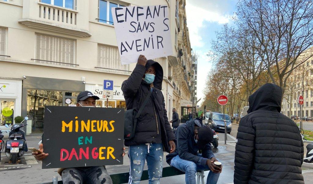 Des mineurs étangers manifestent à Paris au mois de novembre 2020 pour réclamer un toit et une meilleure prise en charge. Crédit : InfoMigrants
