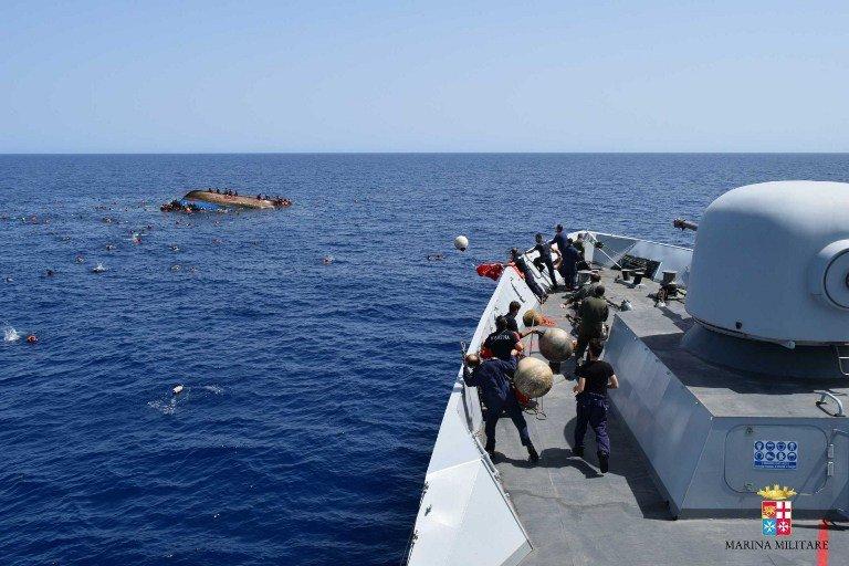 STR / AFP |La marine italienne vient secourir des migrants partis de Libye dans une embarcation de fortune qui vient de chavirer, le 25 mai 2016 (image d'illustration).