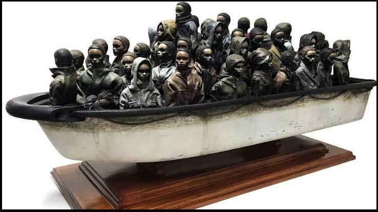 Banksy met en vente sa sculpture de migrants entassés dans une embarcation de fortune. Capture d'écran