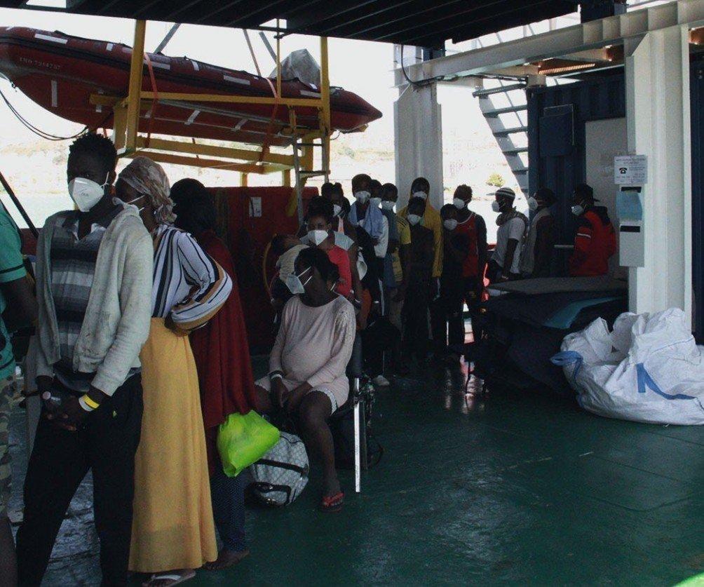 Les 29 naufragés débarquent au port sicilien d'Empedocle, le 5 septembre 2021. Crédit : Sea-Eye