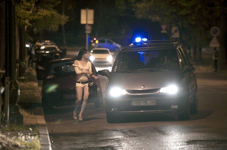 BERTRAND LANGLOIS / AFP |Des prostituées dans les rues de Paris (image d'illustration).