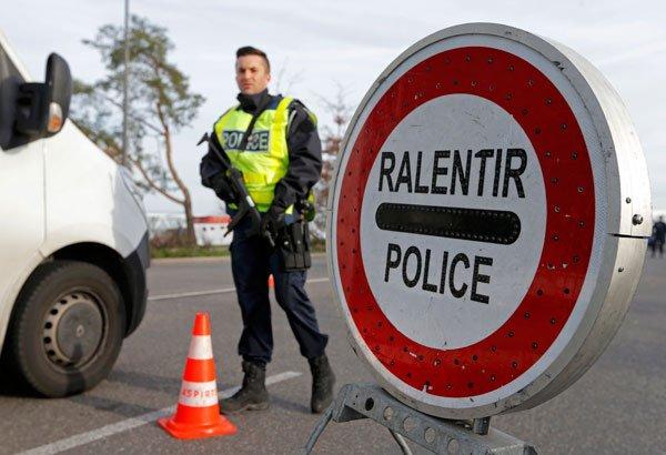 نقطة تفتيش للشرطة الفرنسية على الحدود مع ألمانيا. رويترز/أرشيف