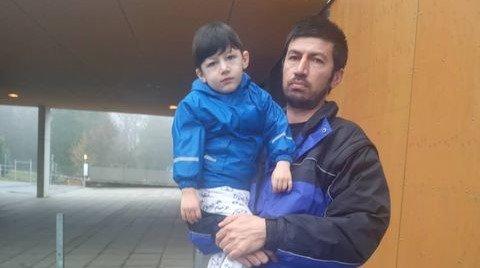 محمد الیاس کودک پناهجوی بیماری که از یونان به آلمان منتقل شد در آغوش پدرش