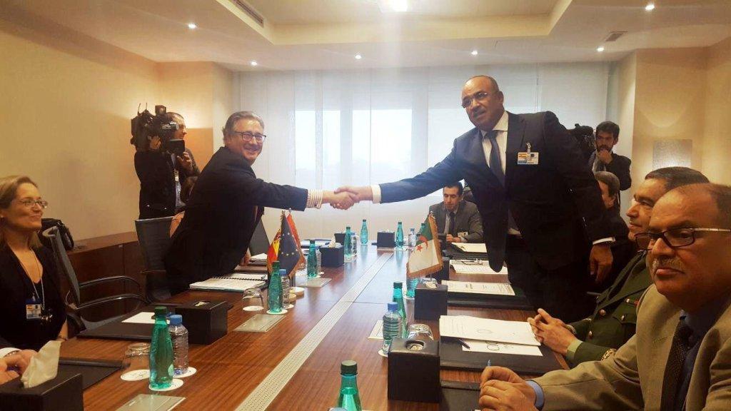 ansa / مسؤولون إسبان وجزائريون يتصافحون بعد توقيع الاتفاقية الخاصة بإنشاء وحدة تحقيق مشتركة. المصدر: المكتب الصحفي بوزارة الداخلية الإسبانية.