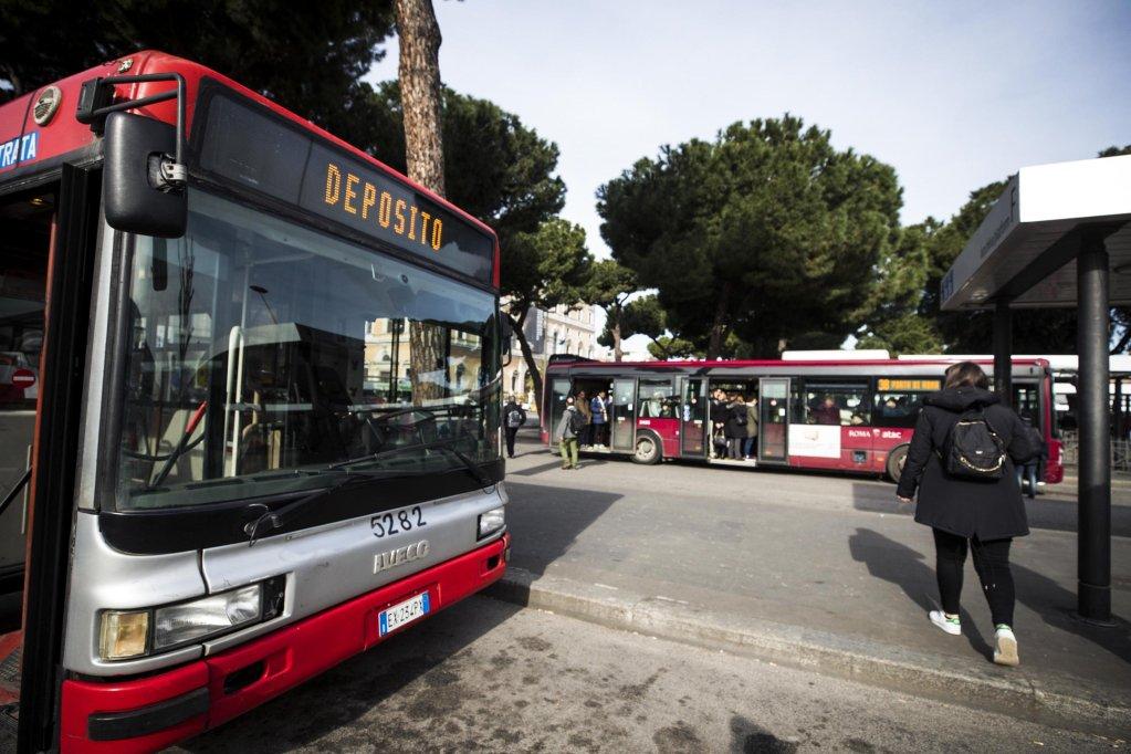 ANSA / حافلات بالقرب من محطة قطارات تيرميني في روما. المصدر: أنسا/ أنجيلو كاركوني.