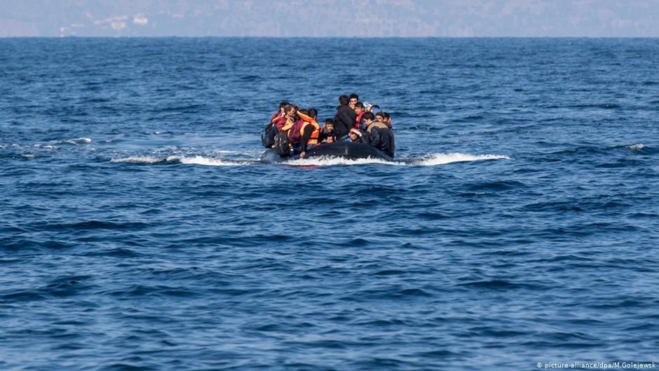 صورة من الأرشيف لقارب يحمل مهاجرين نحو الفردوس الأوروبي