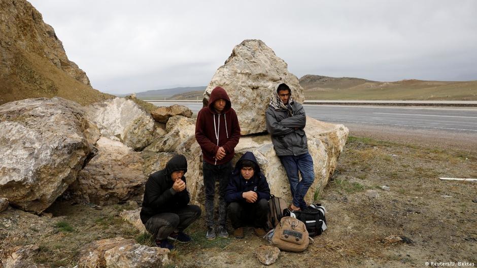 یک گروه از پناهجویان افغان در مرز ایران و ترکیه در منطقه دغوبایزید در شرق ترکیه عکس از: