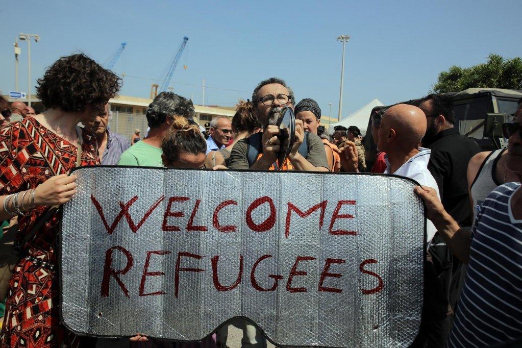 عکس از ANSA/ANDREA SCARFO- حرکت گروهی از حامیان پناهجویان را در ایتالیا نشان میدهد.