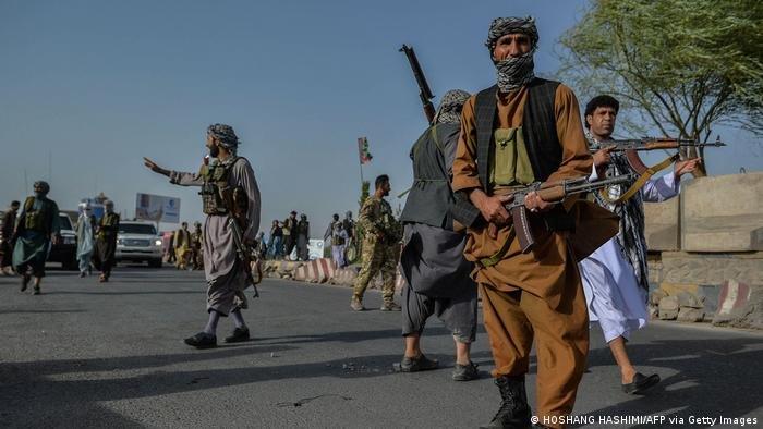 مع تقدم طالبان ، يخشى العديد من الأفغان الذين عملوا مع الولايات المتحدة على حياتهم