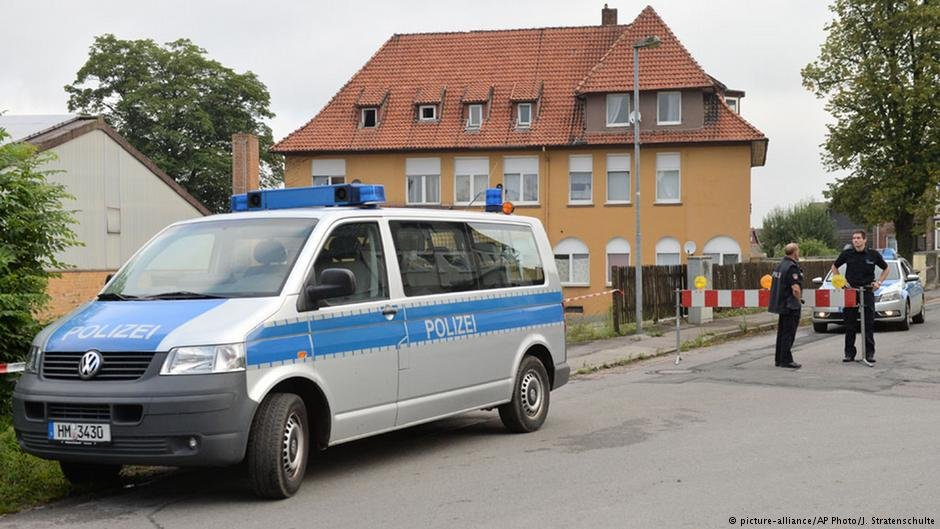 A police car in fron of a home for asylum seekers in Salzhemmendorf, Germany | Photo: Picture-alliance/AP Photo/J.Stratenschulte