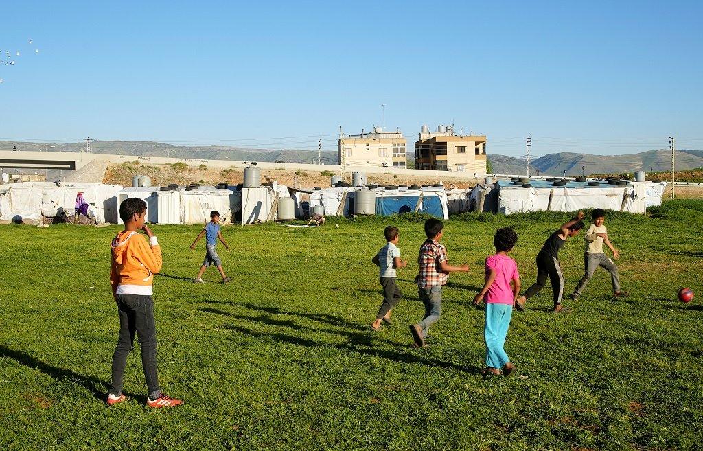 أطفال لاجئون سوريون يلعبون في أحد المخيمات غير الرسمية في مدينة بر الياس في البقاع، شرق لبنان، 22 نيسان\أبريل 2021. رويترز