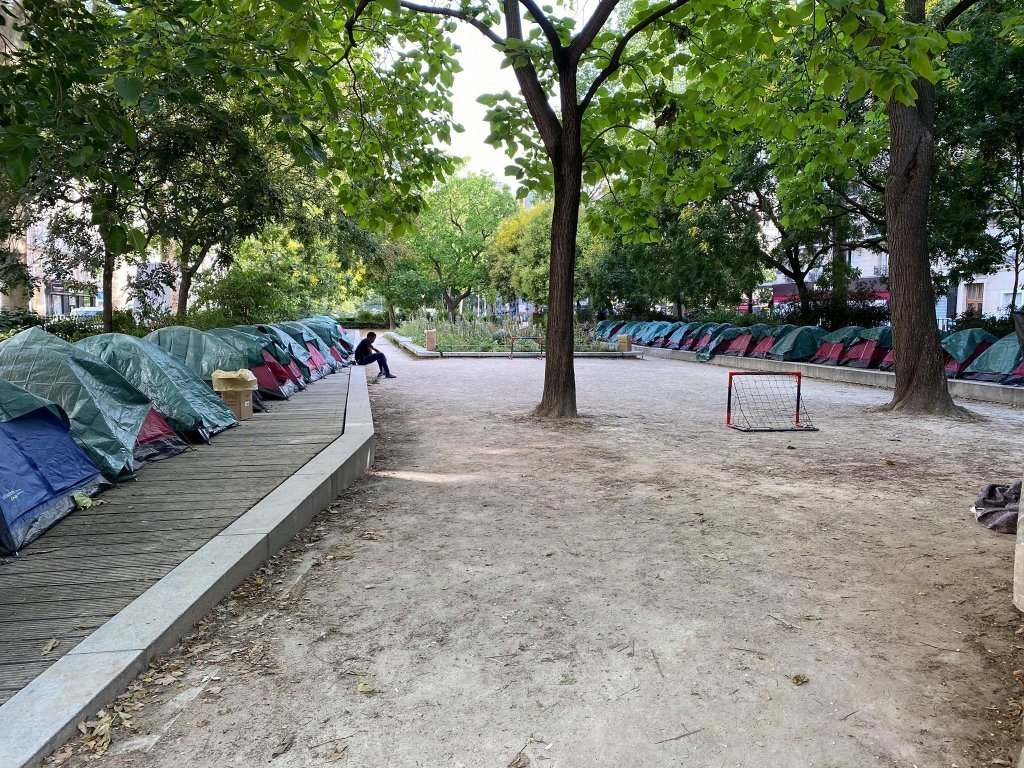 نصبت عدة جمعيات مخيما وسط العاصمة باريس، للمهاجرين القصر غير المصحوبين . المصدر: مهاجر نيوز